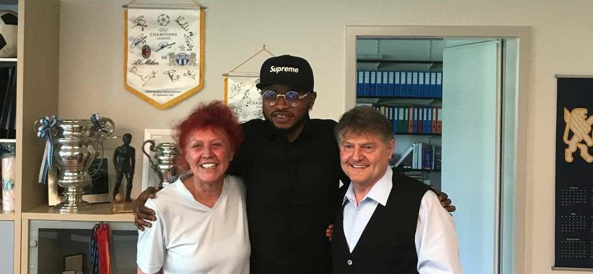 """Umaru Bangura with Club's President and owner Angelo and Heliana Canepa"""