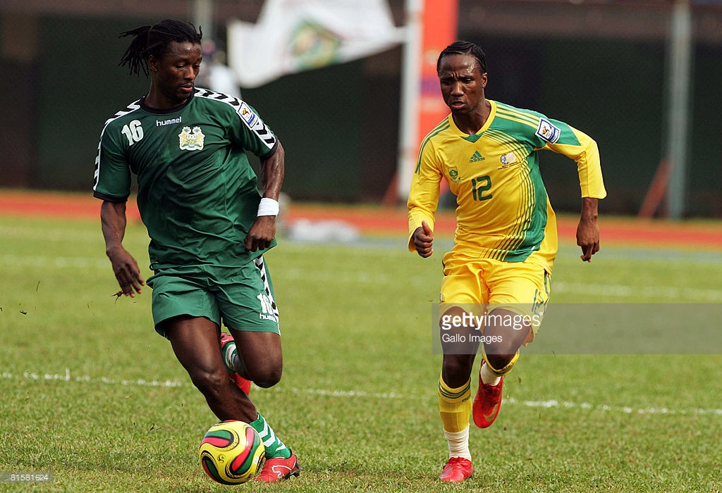 Warren Kanu of Sierra Leone (L) competes with Teko Modise of South Africa during the AFCON and FIFA 2010 World Cup Qualifier match between Sierra Leone and South Africa held at the National Stadium June 14, 2008 in Freetown, Sierra Leone.