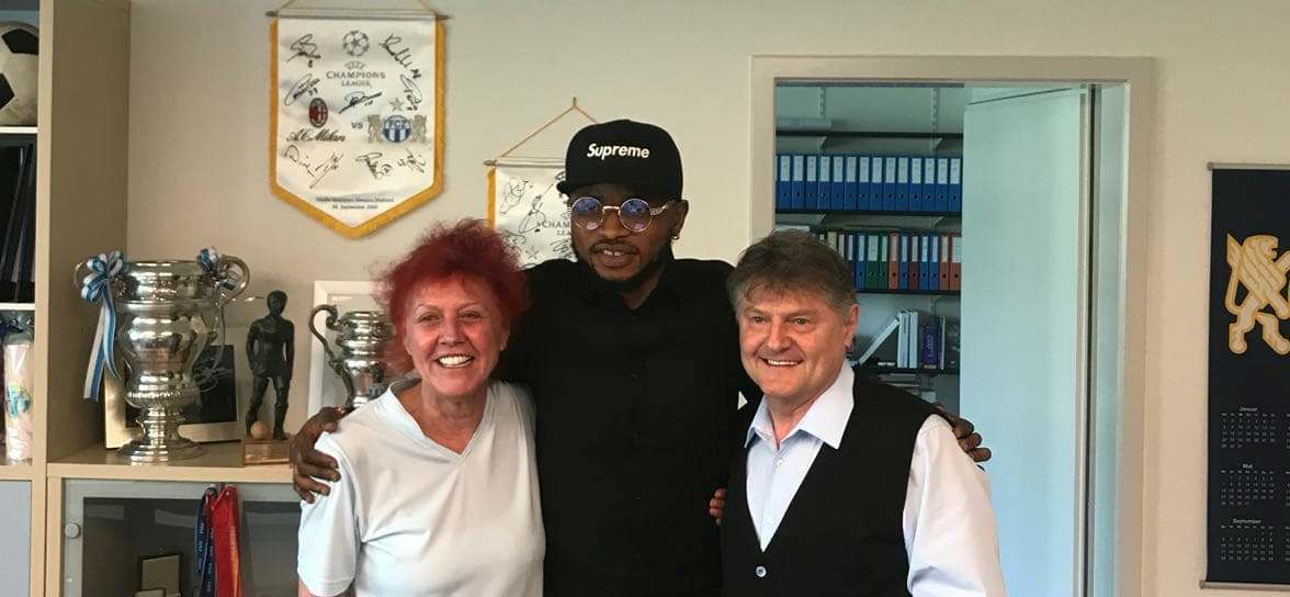 """Umaru Bangura with Club's President and owner Angelo and Heliana Canepa"""